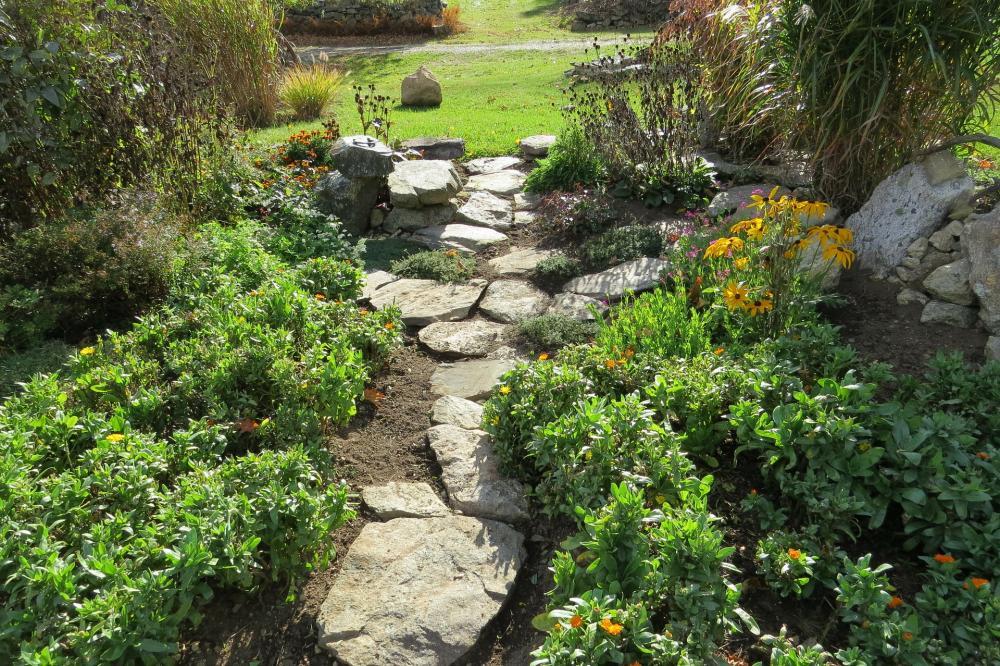 Cottage Garten gestalten – herrlich mit Naturstein und Co.