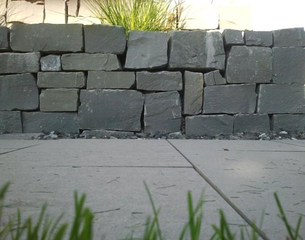 Beim Schwarzachtobler Sandstein handelt es sich um einen wunderschönen grauen Naturstein, der viele tolle Eigenschaften mitbringt und somit vielseitig einsetzbar ist. Lesen Sie alles wissenswerte über diesen ganz besonderen Sandstein.