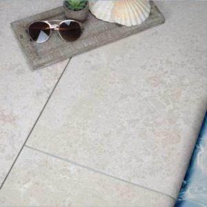 Poolumrandung Kalkstein Kanfanar mit Schwallkante, sandgestrahlt, gebürstet