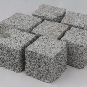Pflasterstein Granit Bulvar Mittelkorn, Oberfläche kugelgestrahlt, Kanten gespalten, hellgrau