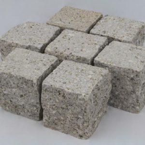 Pflasterstein Granit Sol G682, Oberfläche gestockt, Kanten gespalten, gelblich