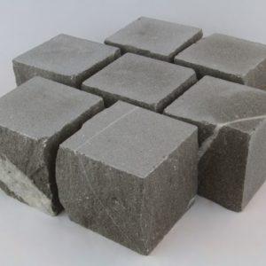 Kleinpflaster Kalkstein Pietra Piasentina, Kanten gespalten teils gesägt, braun-grau