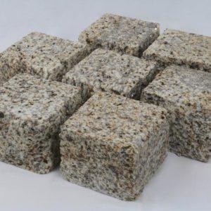 Pflasterstein Granit Amarillo Crema, Oberfläche kugelgestrahlt, Kanten gespalten, gelblich