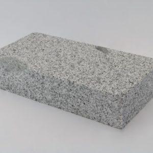 Pflasterstein Granit Bulvar Mittelkorn, Oberfläche kugelgestrahlt Kanten gesägt, hellgrau