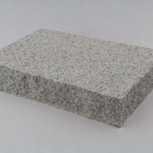Pflasterplatte Granit Bravo G 603, Oberfläche gestockt, Kanten gespalten, hellgrau