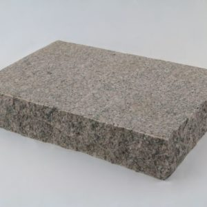 Pflasterplatte Granit Zora G354, Oberfläche geflammt, Kanten gespalten, rot-grau