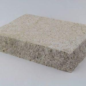 Pflasterplatte Granit Sol G682, Oberfläche gestockt, Kanten gespalten, gelblich
