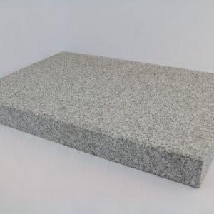 Pflasterplatte Granit Bulvar Mittelkorn, Oberfläche kugelgestrahlt Kanten gefast, hellgrau