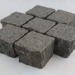 Pflasterstein Quarzdiorit Attika Grey, Oberfläche geflammt und gebürstet, Kanten gespalten, anthrazit