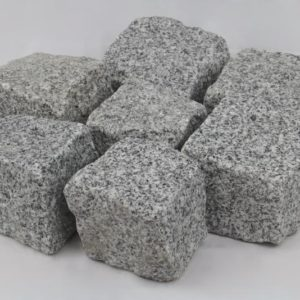 Pflasterstein Granit Mittelkorn, gespalten, hellgrau
