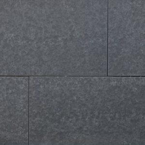 Terrassenplatte Basalt Halong Black, geflammt und gebürstet, Kanten gefast