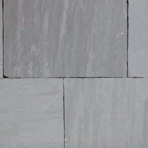 Terrassenplatte Sandstein Silver Grey, spaltrau, Kanten handbekantet