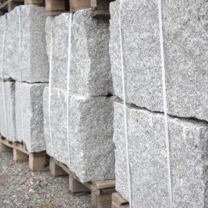 Quaderstein Granit Grobkorn/Mittelkorn, gespalten