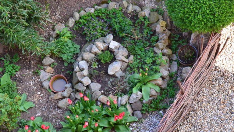 Kräuterspirale aus Naturstein